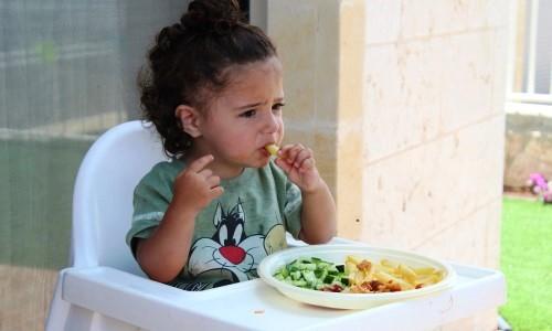 Dziecko rozrzuca jedzenie Co robić kiedy dzieci bawią się jedzeniem Jak nauczyć dziecko jeść
