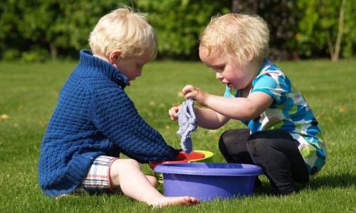 Dzieci bawią się swoimi genitaliami Niepokojące zabawy dzieci czymożna pozwolić